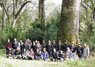 Participantes do Fórum o lado da araucária gigante, com idade estimada entre 800 e 900 anos!!. Foto: Marcos Alexandre Danieli.