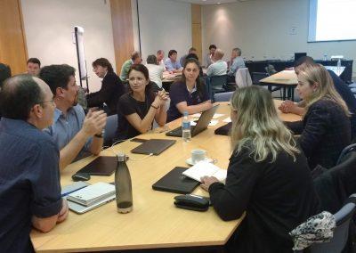 Grupos de trabalho discutem os temas da oficina.